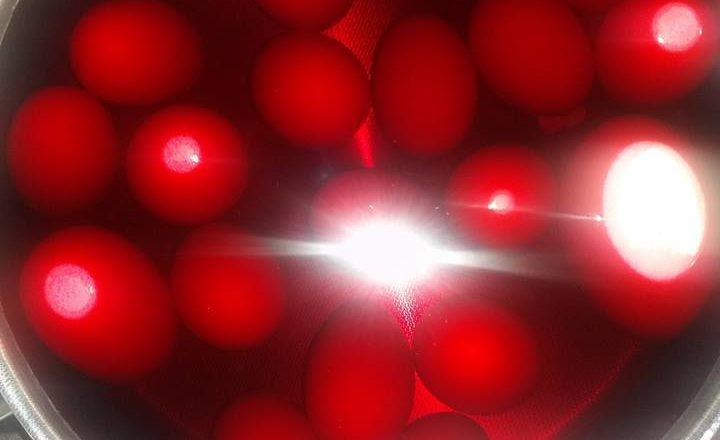 Γιορτή του Πάσχα με κόκκινα αυγά, φαναράκια και πυροτεχνήματα Μαγουλάς