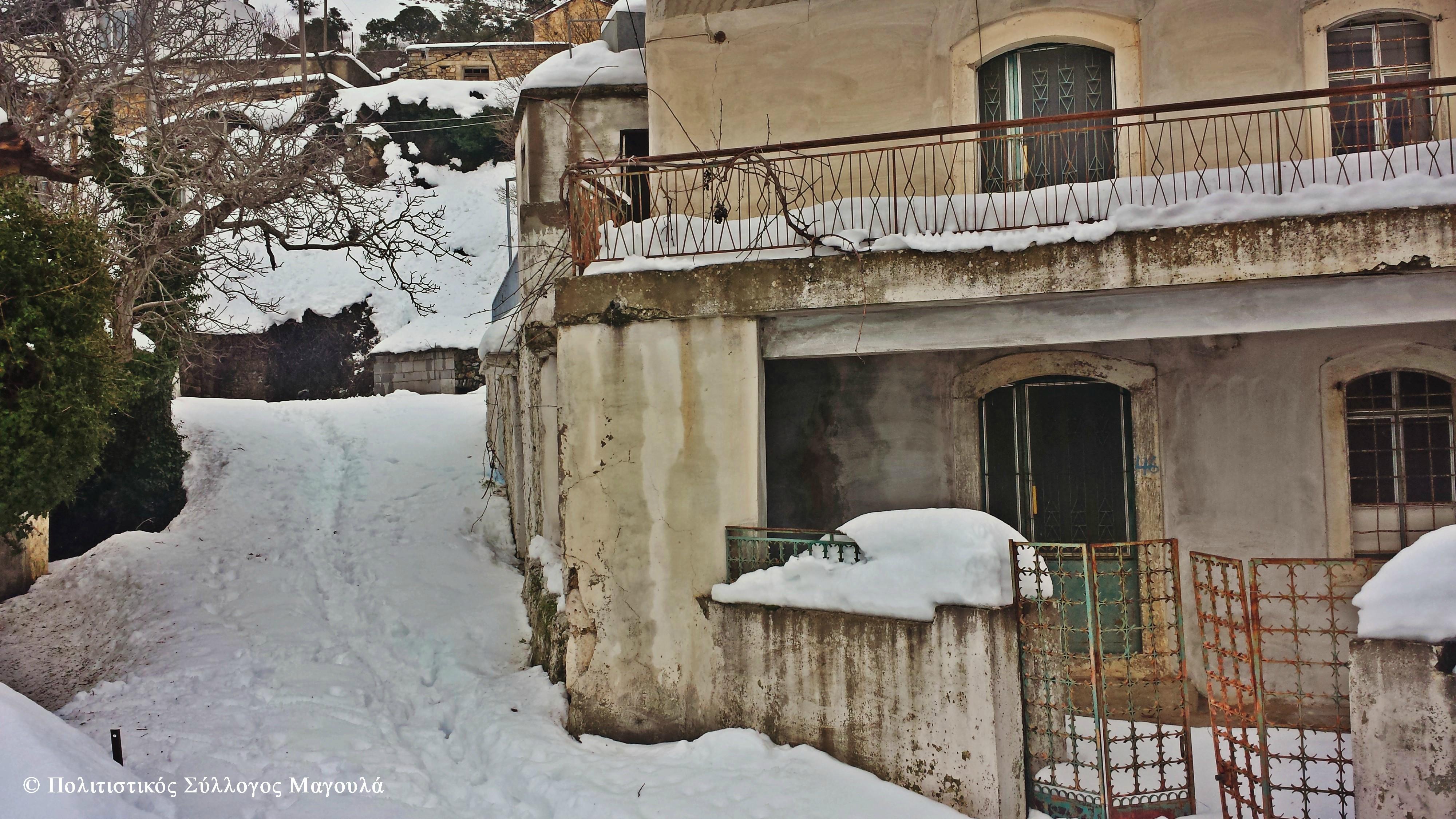Χιόνι μέσα στα σοκάκια του χωριού