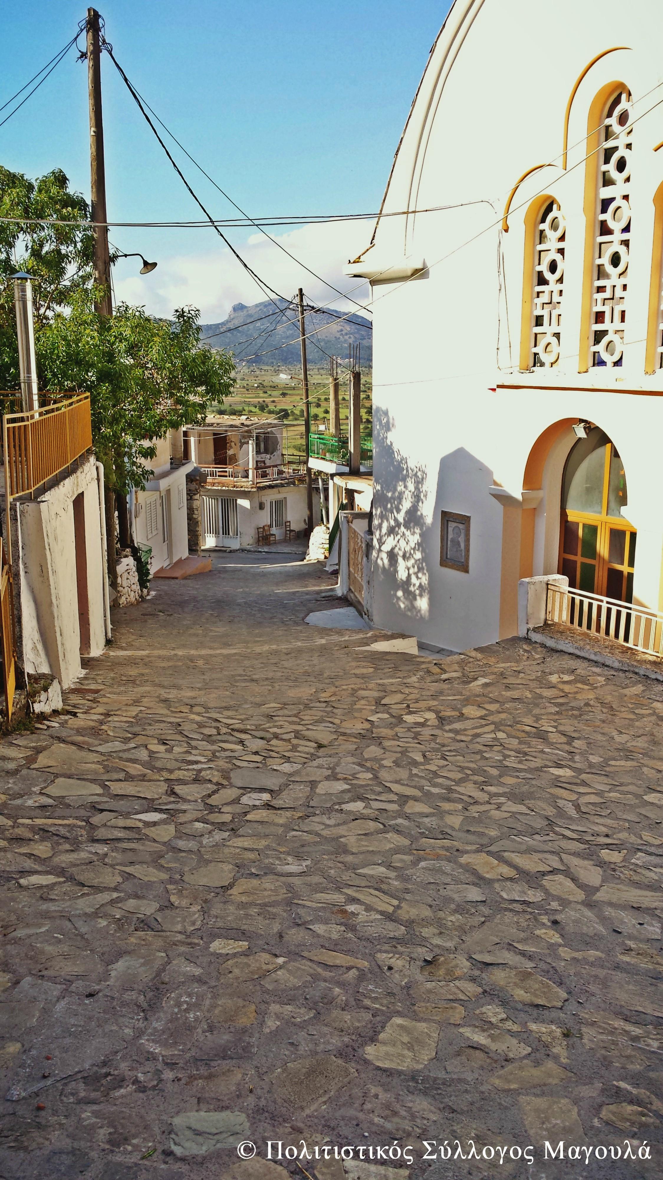Μέσα στα σοκάκια του χωριού και δεξιά ο Άγιος Σπυρίδωνας
