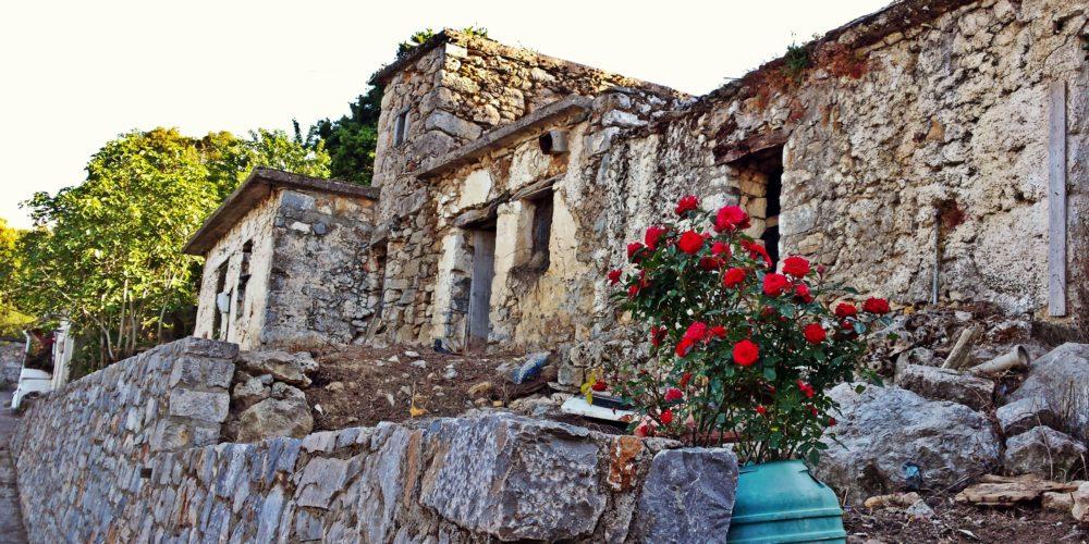 Παλιά πέτρινα σπίτια του χωριού Μαγουλά- Old houses of Magoula