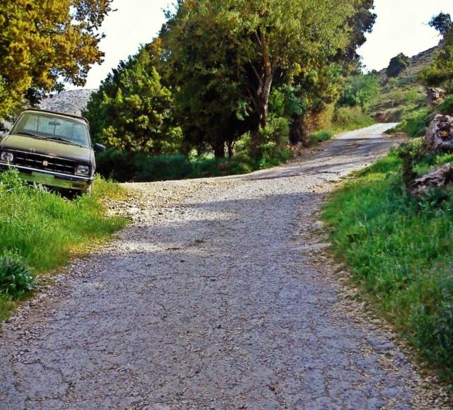 Από εδώ αρχίζει η ορεινή περιοχή του Κλώρου και παίρνουμε το δρόμο προς τα δεξιά- The area of Kloros starts from here and we follow the right path