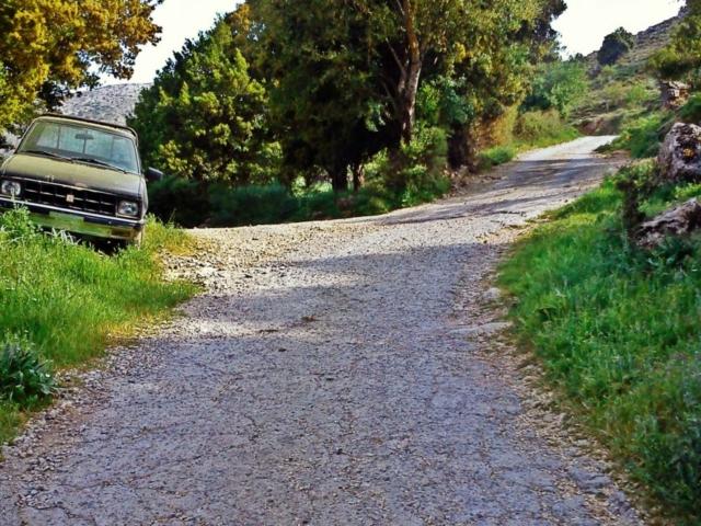 Δρόμος του χωριού που οδηγεί στις τοποθεσίες Κλώρος και Λαγκάδι