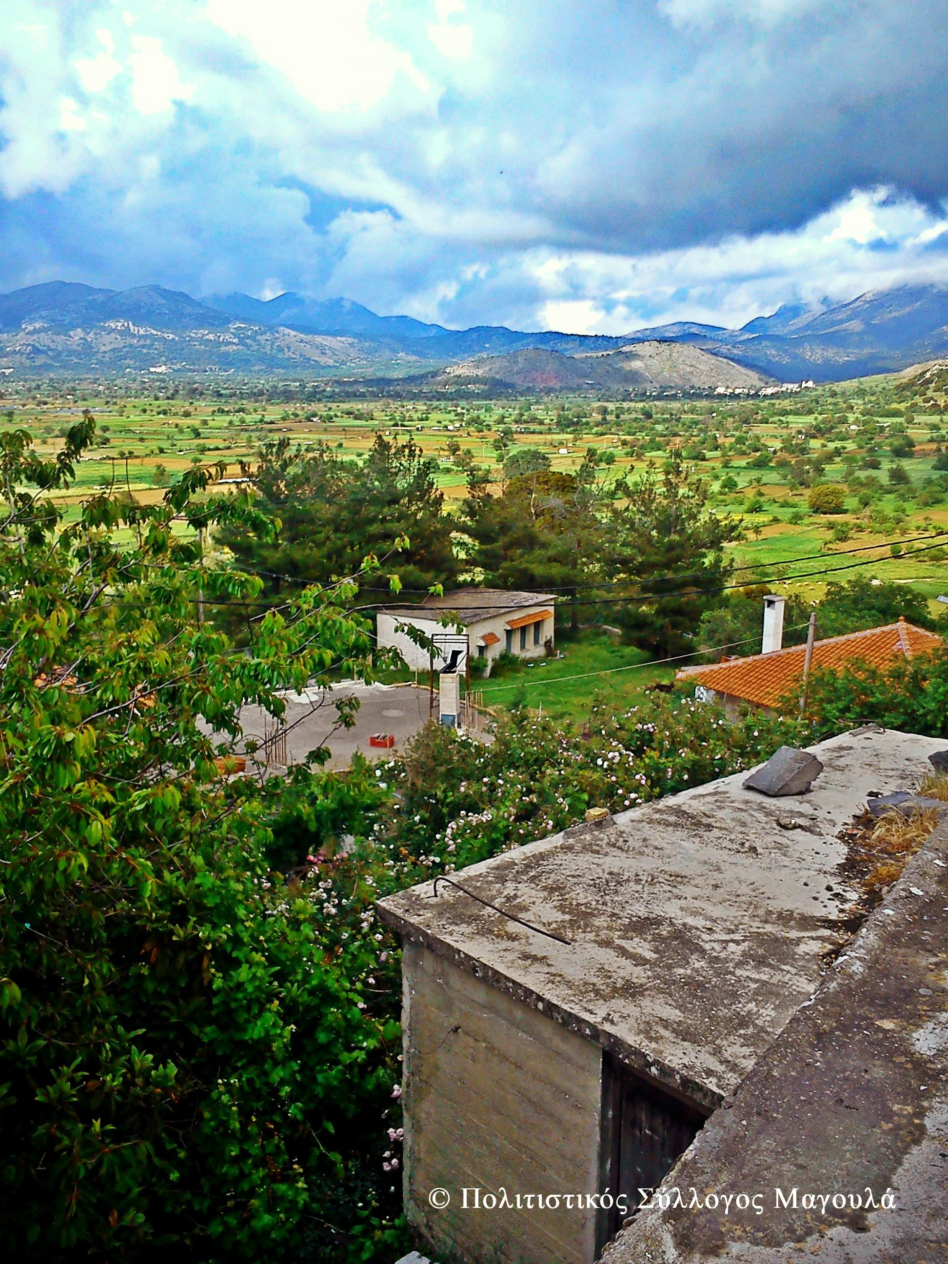 Το σχολείο του χωριού και πίσω ο λασιθιώτικος κάμπος