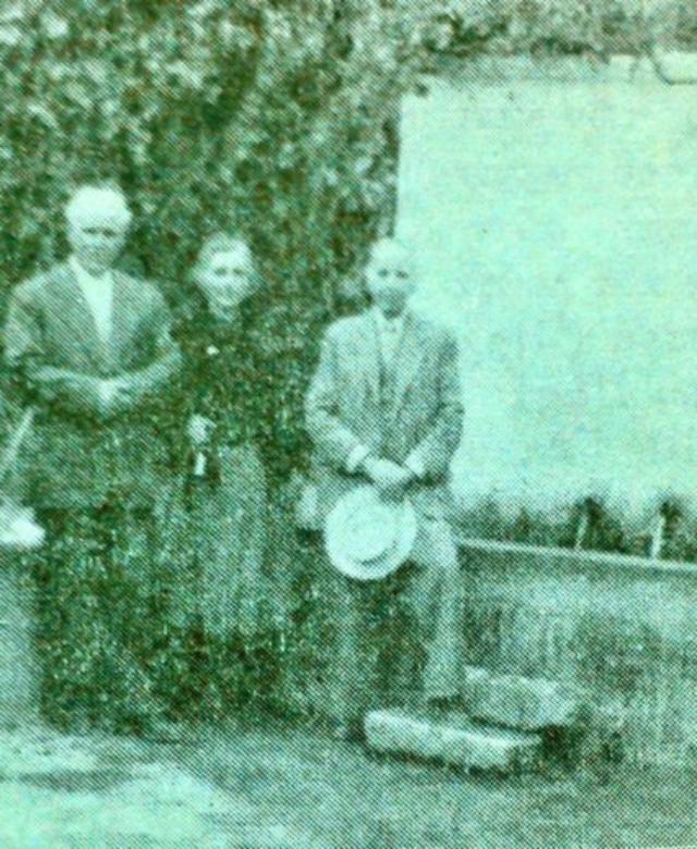 Μεγάλη Βρύση 1956 (τα πρόσωπα από αριστερά προς δεξιά: Αντωνία και Ειρήνη Δολαψάκη, ιατρός Ι. Δολαψάκης και η γυναίκα του Μαρία, Στρατηγός Ι. Αλεξάκης, Εμμανουήλ Δολαψάκης και η κόρη του Καλλιόπη/Αρχείο Οικ. Δολαψάκη)- Great Fountain of Magoula in 1956