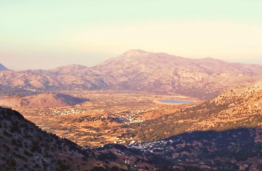 Η θέα του λασιθιώτικου κάμπου από τη μάντρα του Πετρονικόλη κάτω από τη Μάχα- The view of lasithi plain from the area of Maha