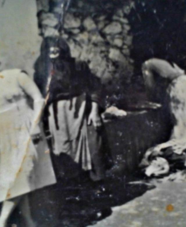 Πλύσιμο ρούχων στη Μεγάλη Βρύση δεκαετία 1960 (τα πρόσωπα από δεξιά προς αριστερά: Μαρία Πετράκη (Φιλίπενα), Ελπινίκη Στιβακτάκη, Αυγουστίνα Δολαψάκη, άγνωση/Αρχείο Οικ. Δολαψάκη )- Washing clothes 1960s