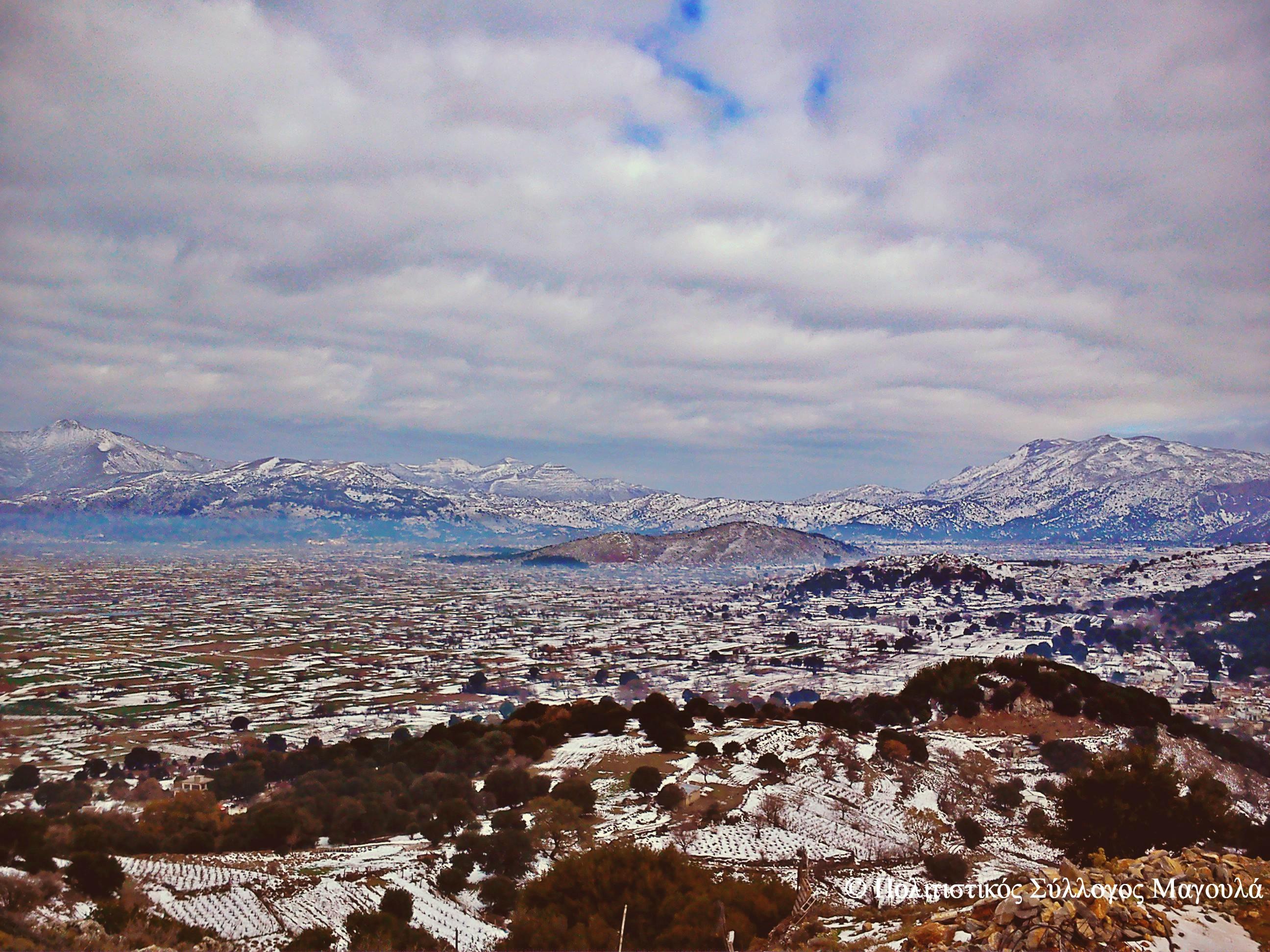Η θέα του χιονισμένου λασιθιώτικου κάμπου από τις εκκλησίες του Αγίου Αντωνίου και της Αγίας Μαρίνας- The view of lasithi plain covered in snow from the churchies St Antonios and St Marina
