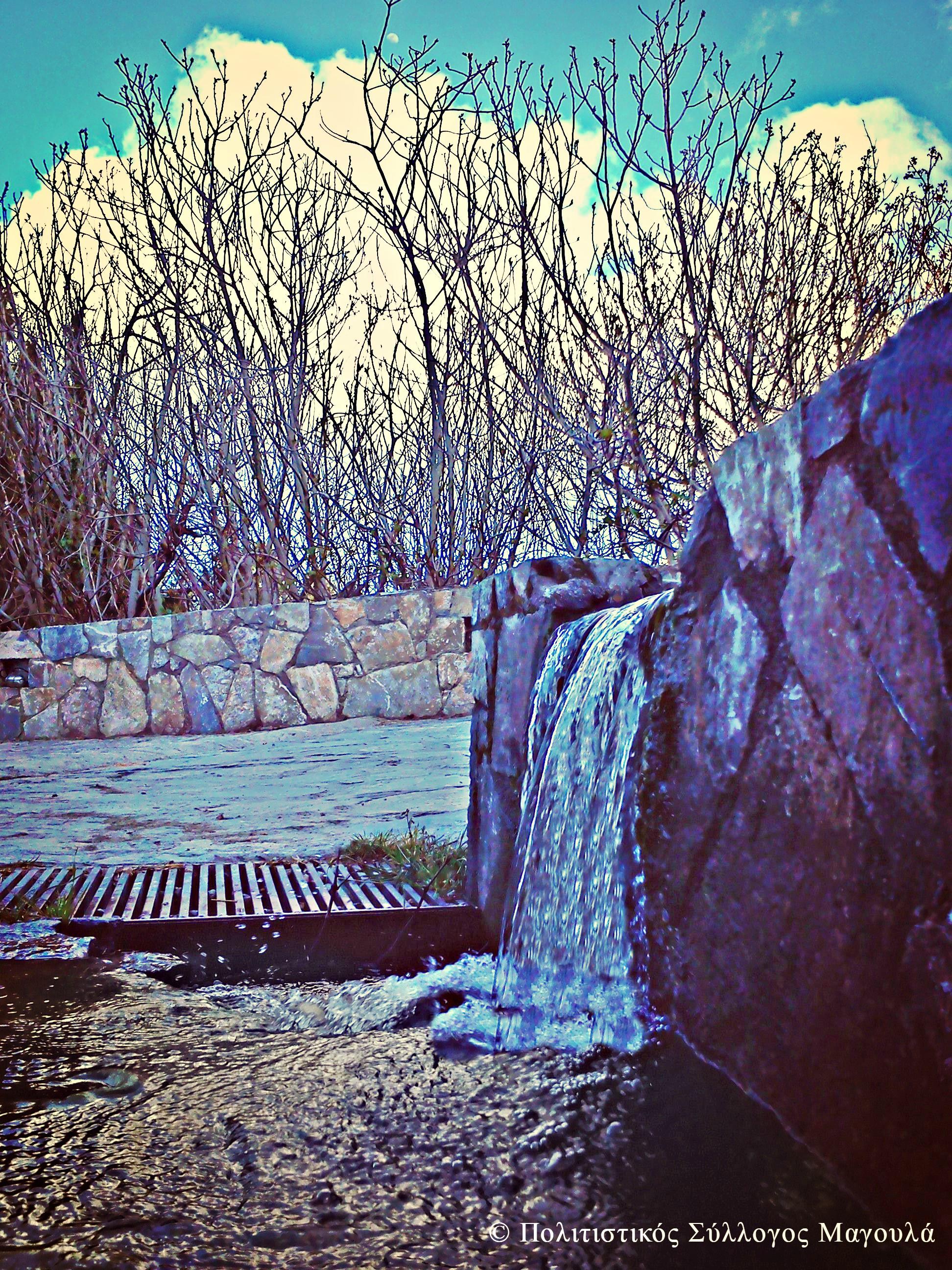 Νερό που τρέχει από τη στέρνα